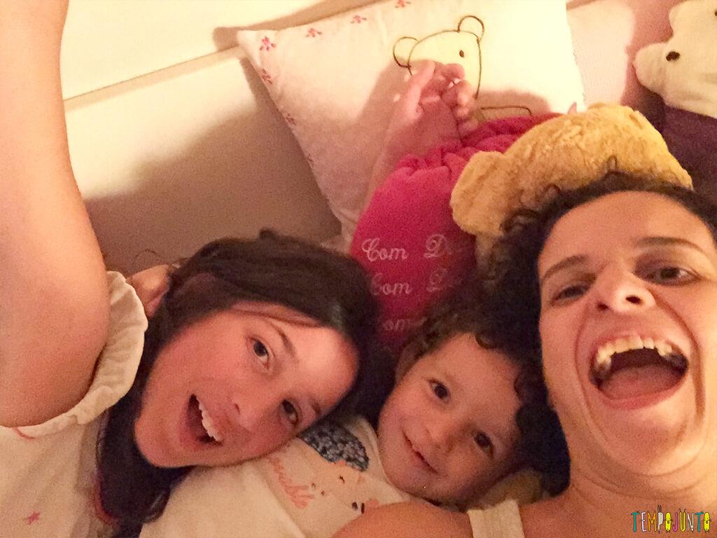 Uma festa do pijama para ninguém botar defeito - ataque de cosquinha na mamae