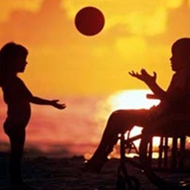 aproveitar-a-brincadeira-como-meio-de-inclusao-da-crianca-com-e-sem-deficiencia-criancas-brincando-na-cadeira-de-rodas