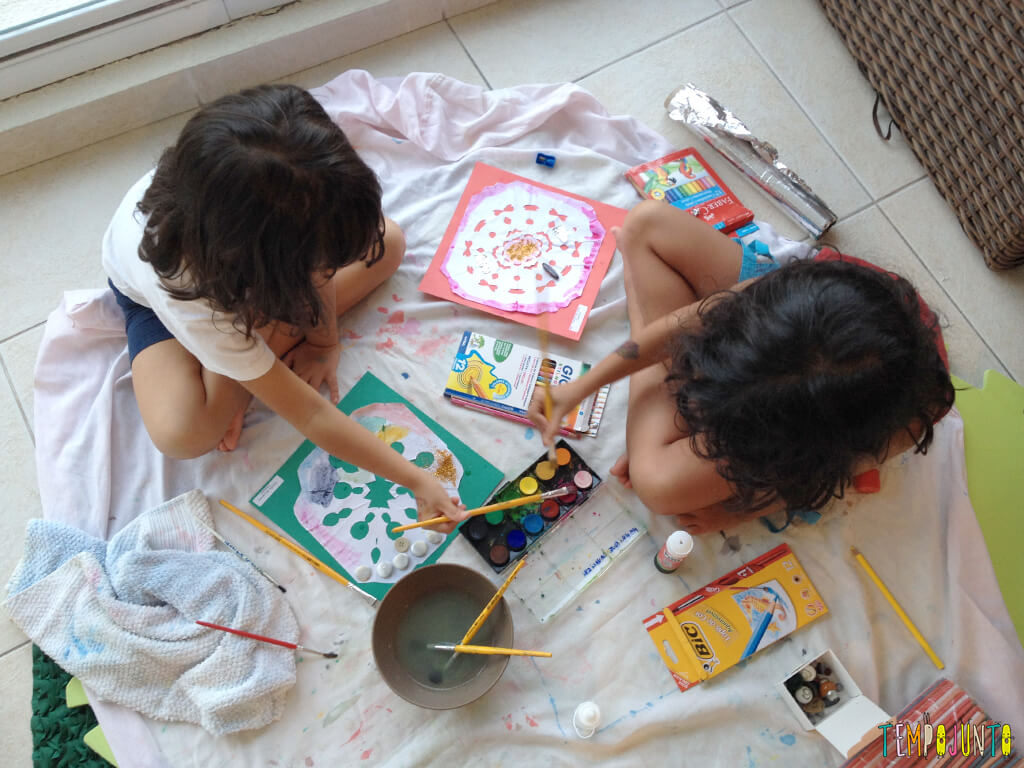 Arte para crianças entre 4 e 7 anos kirigami - criancas pintando os kirigamis