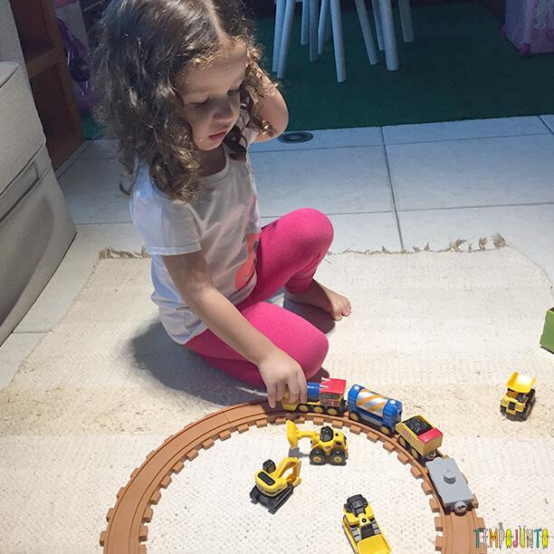 Brinquedo de menino e de menina - gabi e o trem