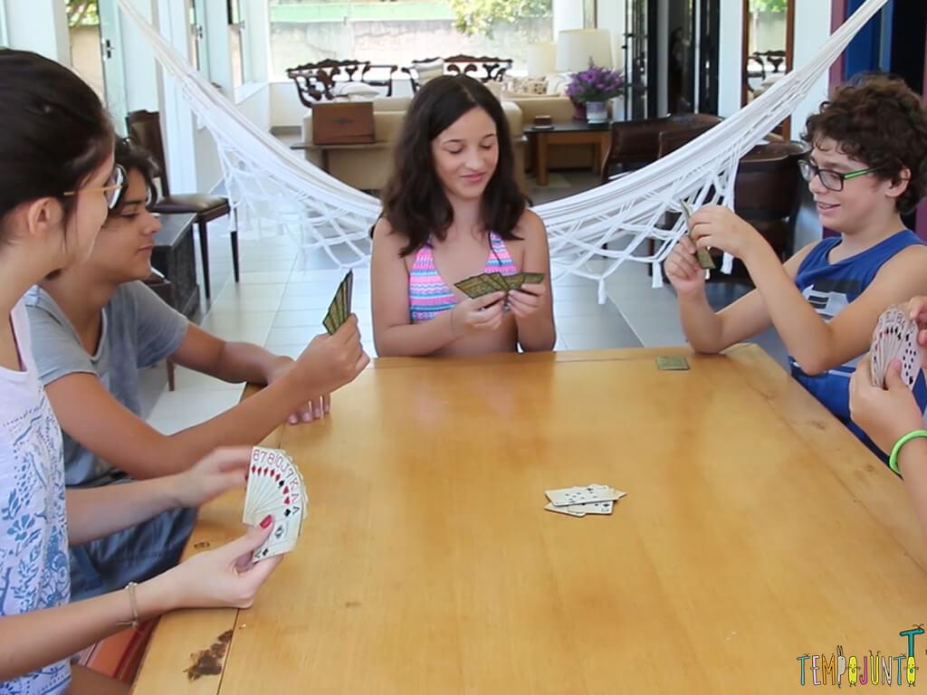 como jogar presidente - carol olhando pras cartas