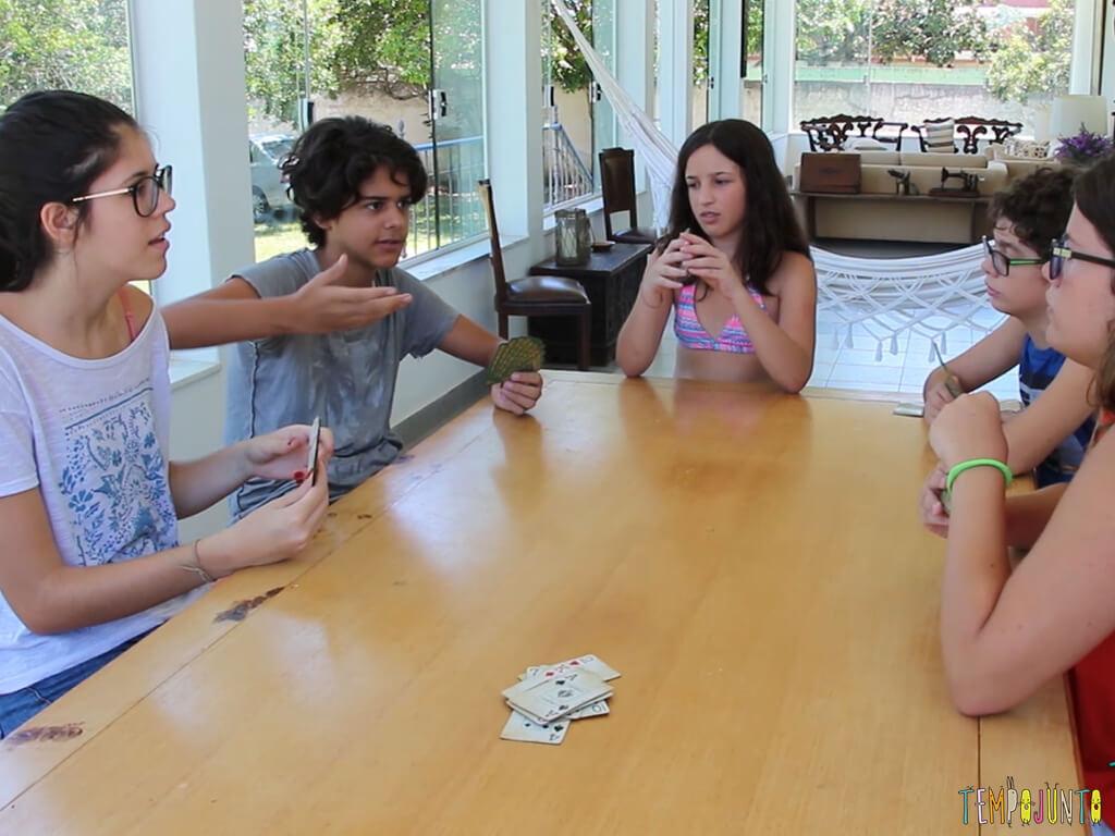 como jogar presidente - criancas na mesa