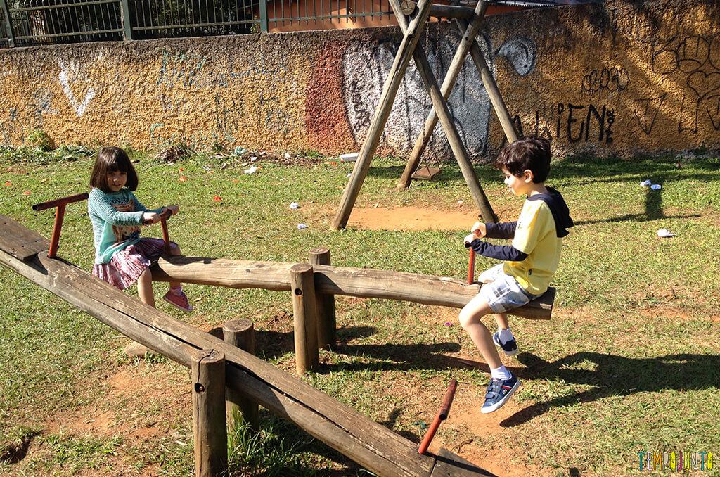 Espaços livres em parques e praças podem ser aproveitados para brincar - henrique e larissa na gangorra