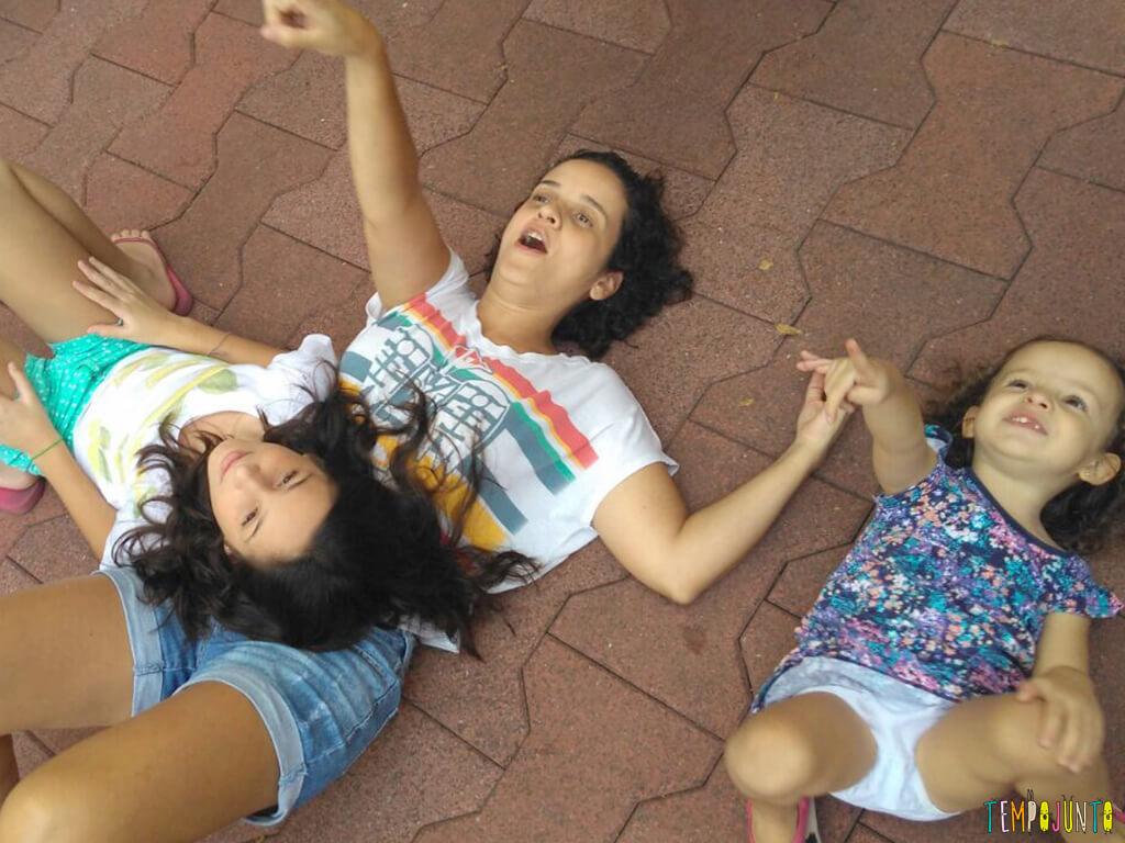 5-dicas-para-aprender-brincando-com-seus-filhos-e-os-amigos-deles_patricia_carol_gabi_apontando_nuvem