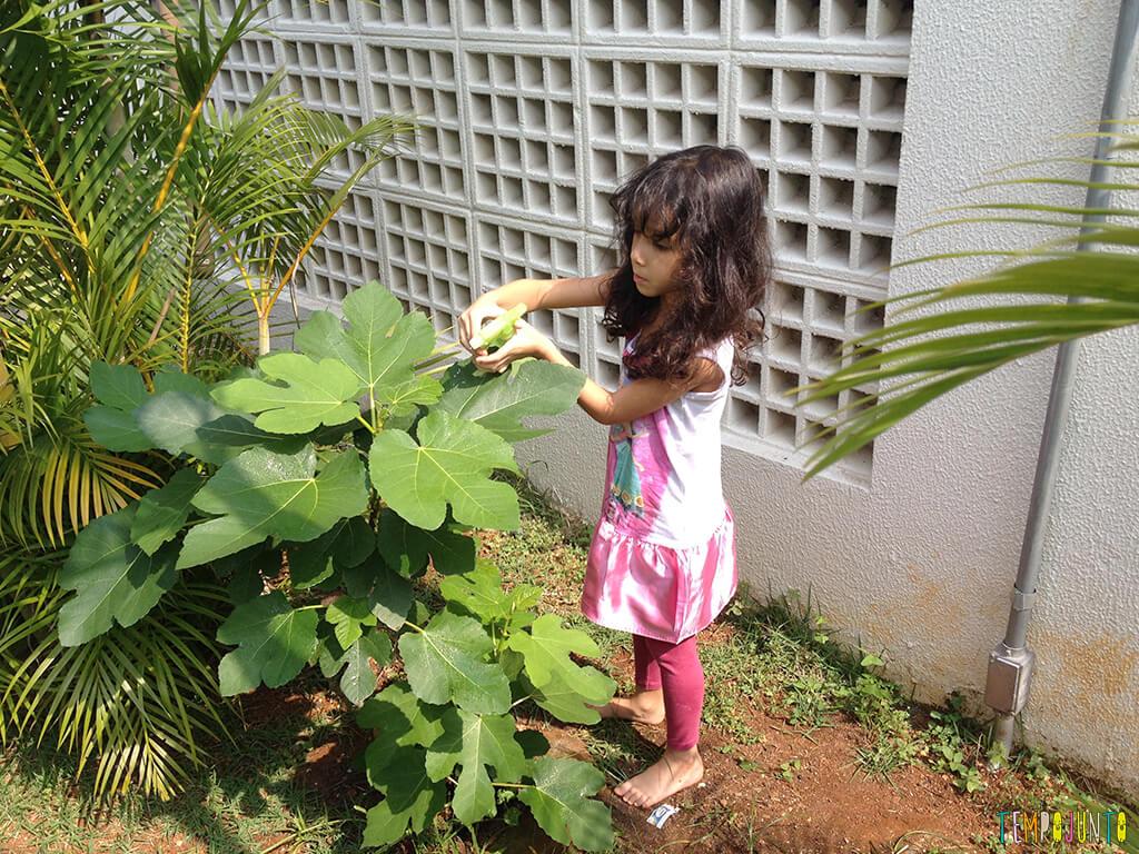5-dicas-para-aprender-brincando-com-seus-filhos-e-os-amigos-deles_sofia_mexendo_terra
