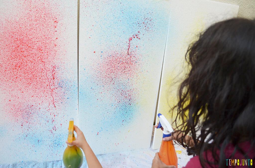 Arte com borrifador de tinta e isopor para uma brincadeira ao ar livre - criancas pintando