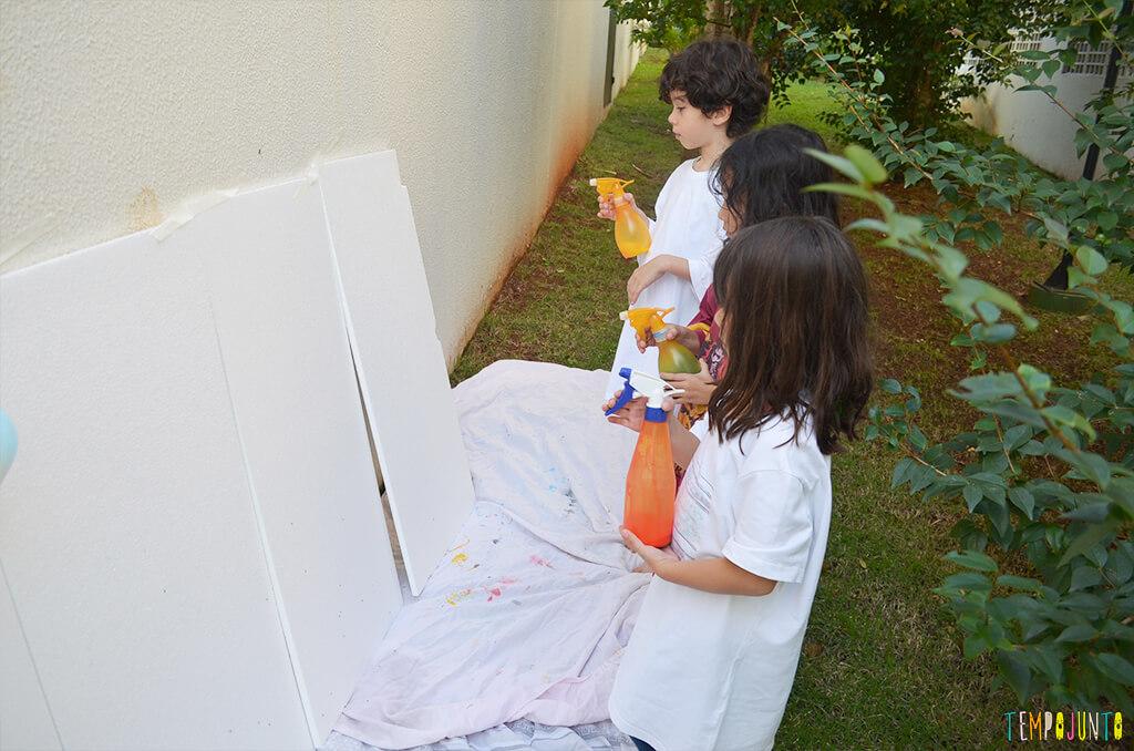 Arte com borrifador de tinta e isopor para uma brincadeira ao ar livre - criancas prontas para pintar