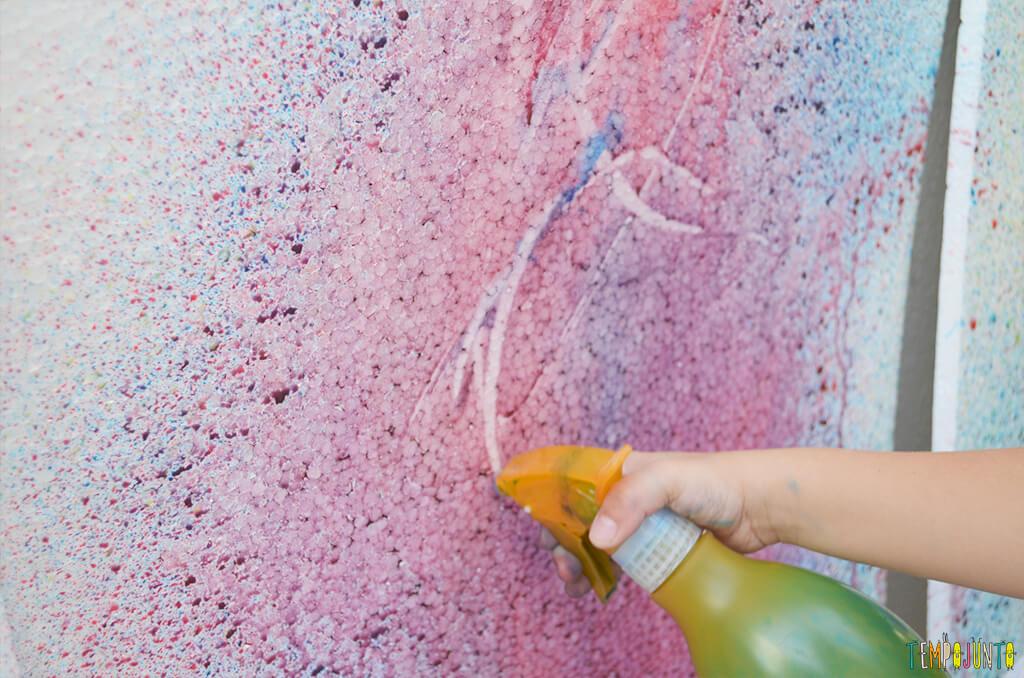 Arte com borrifador de tinta e isopor para uma brincadeira ao ar livre - potcho pintando com o bico  do borrifador