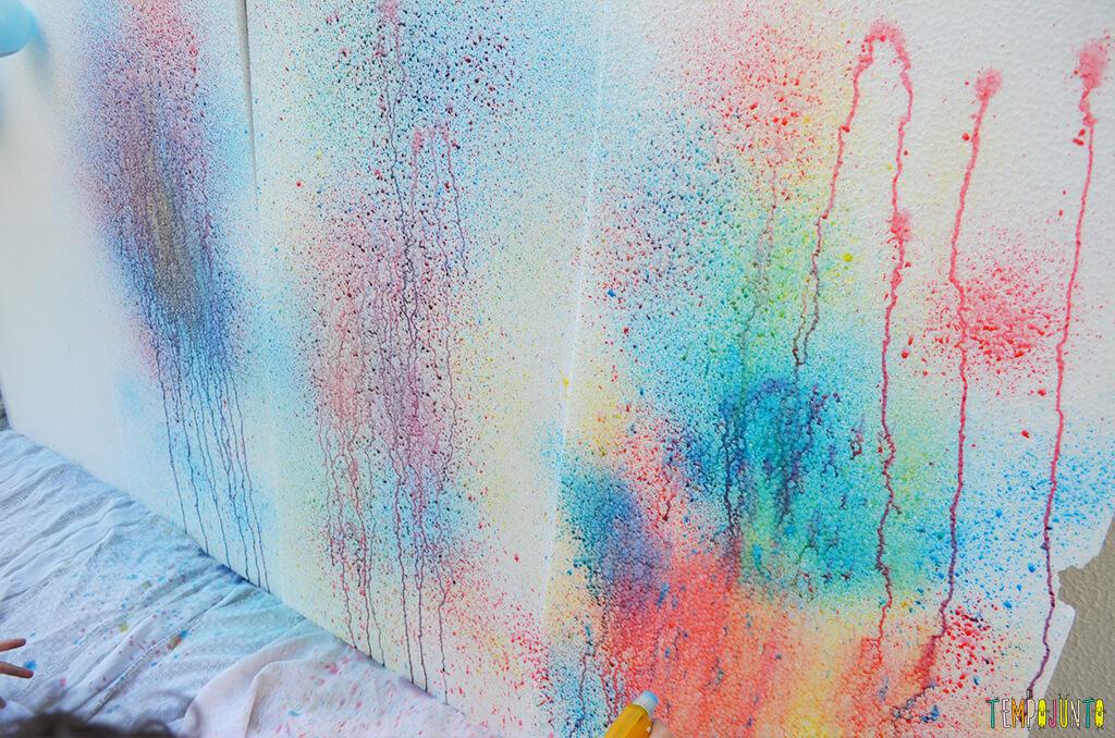 Arte com borrifador de tinta e isopor para uma brincadeira ao ar livre - tinta escorrendo