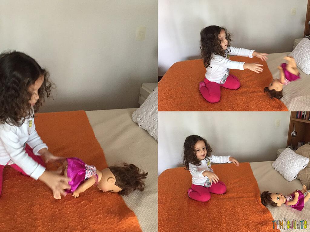 Aula de movimento para os brinquedos - gabi ensinando a violeta a dar cambalhota
