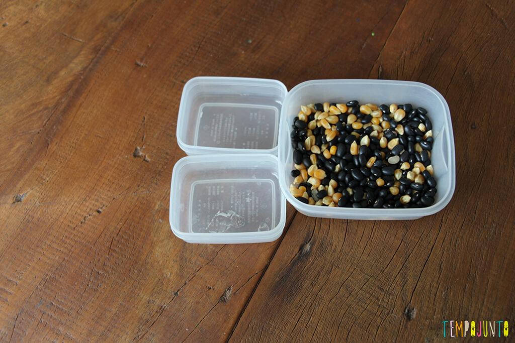 Brincadeira de coordenação motora fina para crianças de 3 anos - feijao e milho no pote