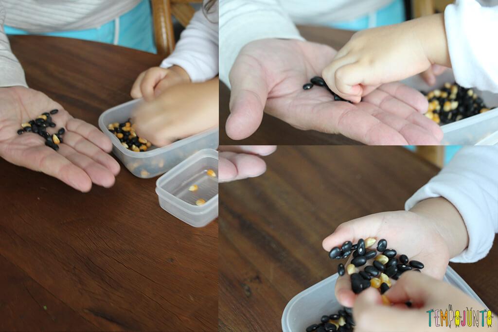 Brincadeira de coordenação motora fina para crianças de 3 anos - gabi passando os graos para a mao do pai