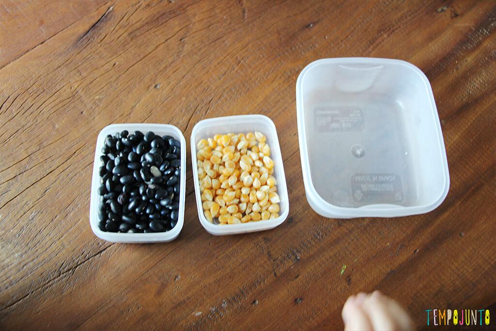 Brincadeira de coordenação motora fina para crianças de 3 anos - potes com graos separados
