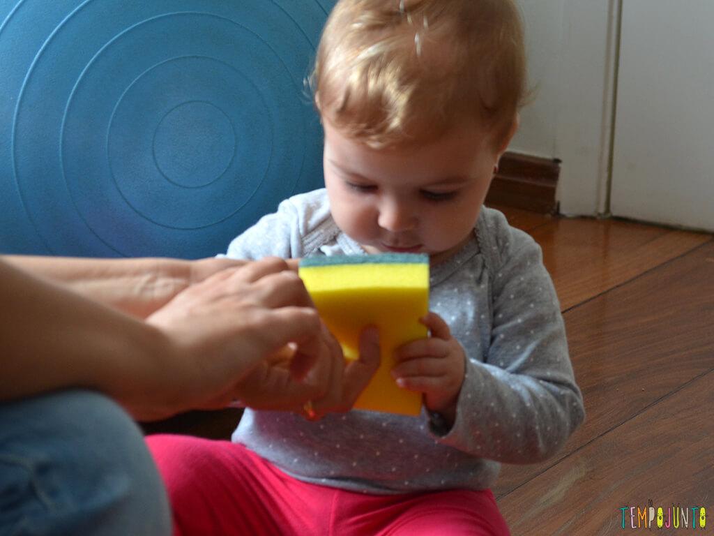 Brincadeira sensorial e de descoberta do bebê com material de cozinha_10.24.45_carolina-conhecendo-a-esponja