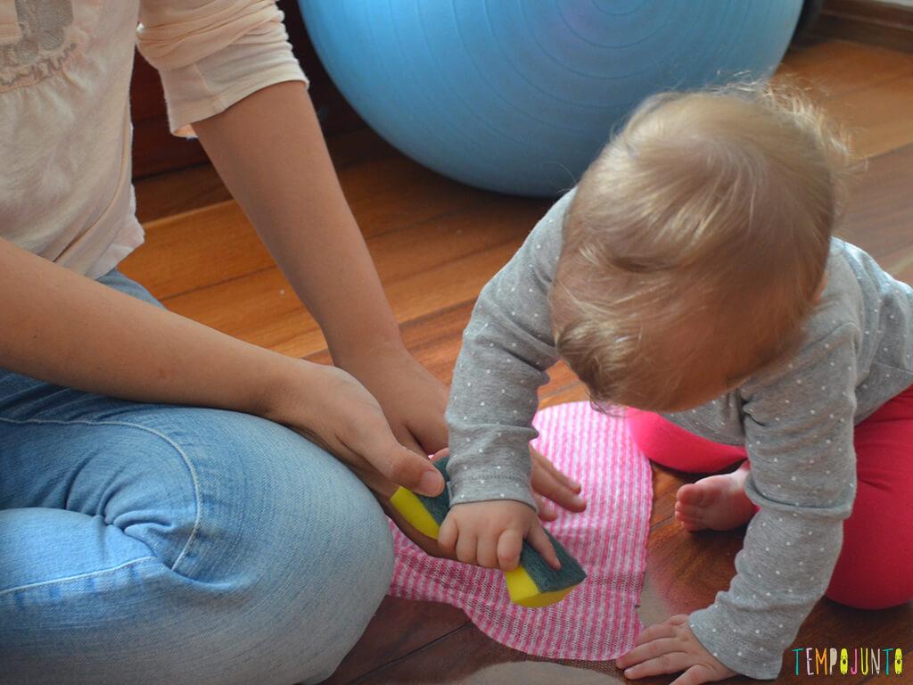 Brincadeira sensorial e de descoberta do bebê com material de cozinha_10.25.49_carolina-e-a-mamãe