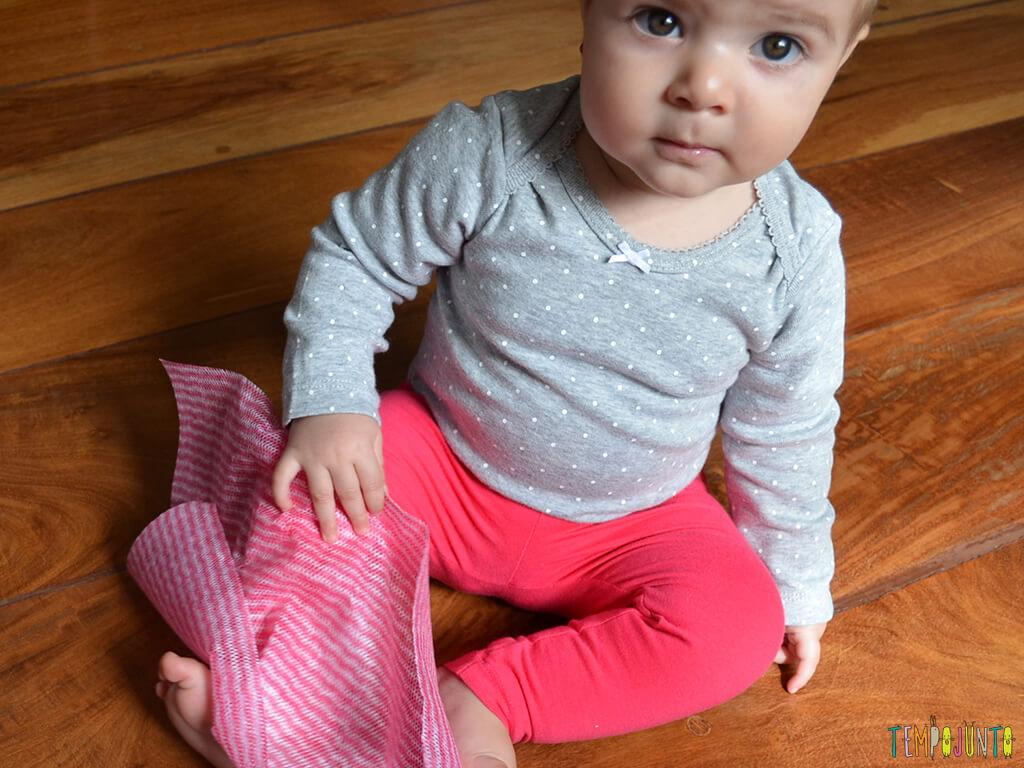 Brincadeira sensorial e de descoberta do bebê com material de cozinha_carol-com-perfex