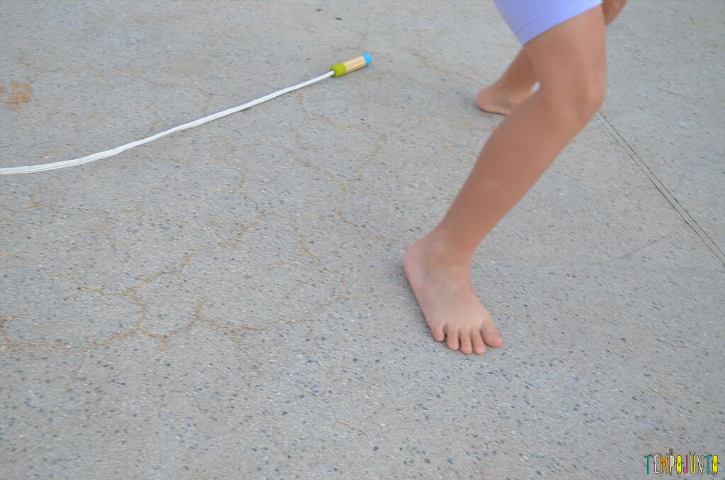 Mais uma brincadeira com corda - reloginho - pés no chao