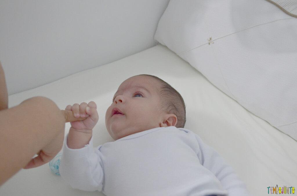 Usar suas mãos para brincar com o recém-nascido - bebe dando maozinha
