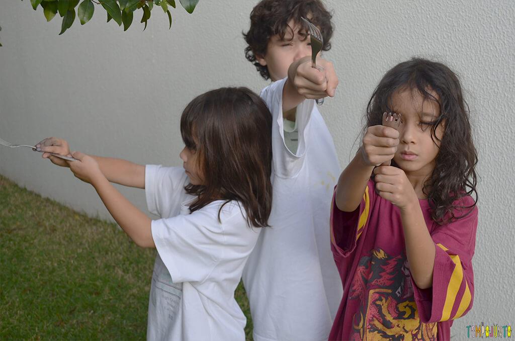Brincar de pintura com bexiga para um dia ao ar livre - criancas com o garfo