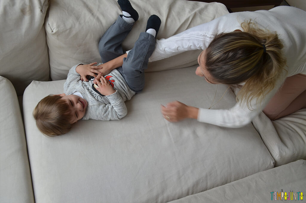Porque almofadas são brinquedos ideais para você se divertir com seu bebê - mariana fazendo cocegas no pietro