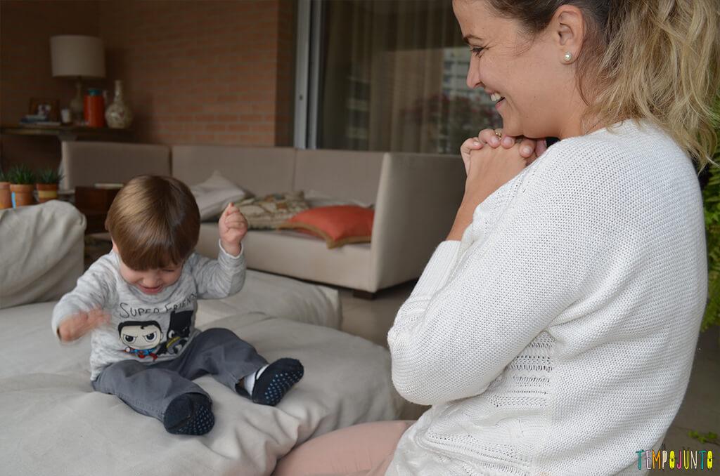 Porque almofadas são brinquedos ideais para você se divertir com seu bebê - mariana sorrindo com o filho