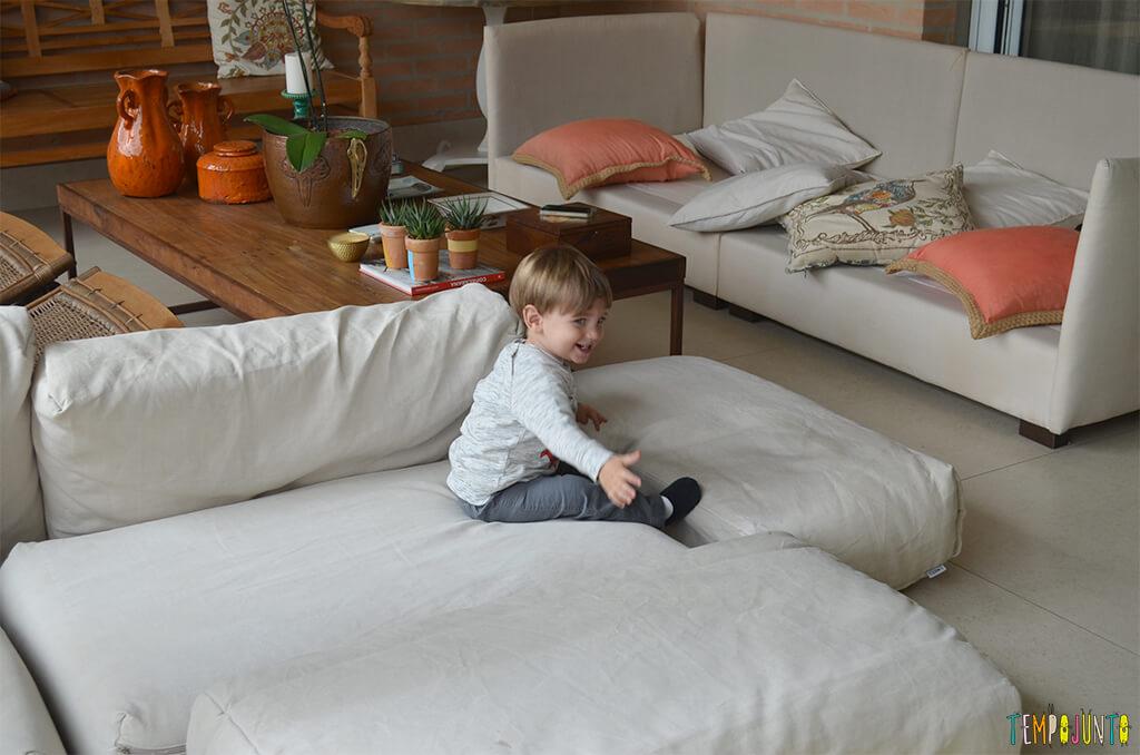 Porque almofadas são brinquedos ideais para você se divertir com seu bebê - pietro feliz com as almofadas