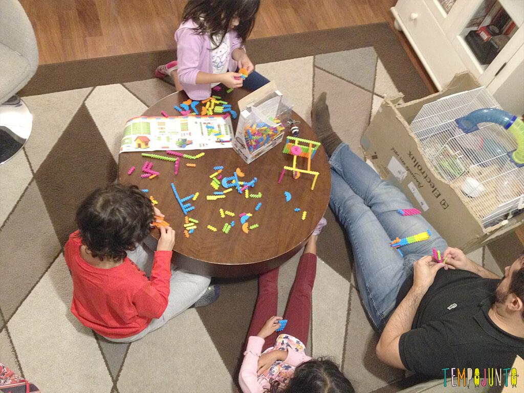 Um brinquedo antigo que ganha vida nova com os filhos - todos juntos brincando