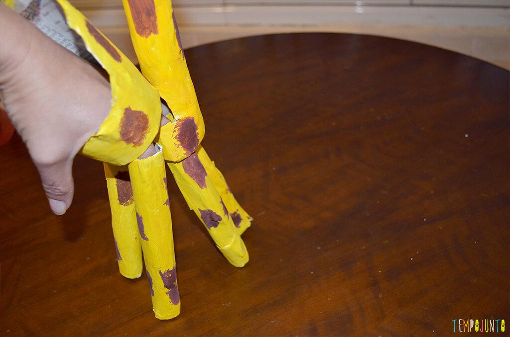 Um fantoche diferente feito de tubo de papel toalha - girafa como fantoch