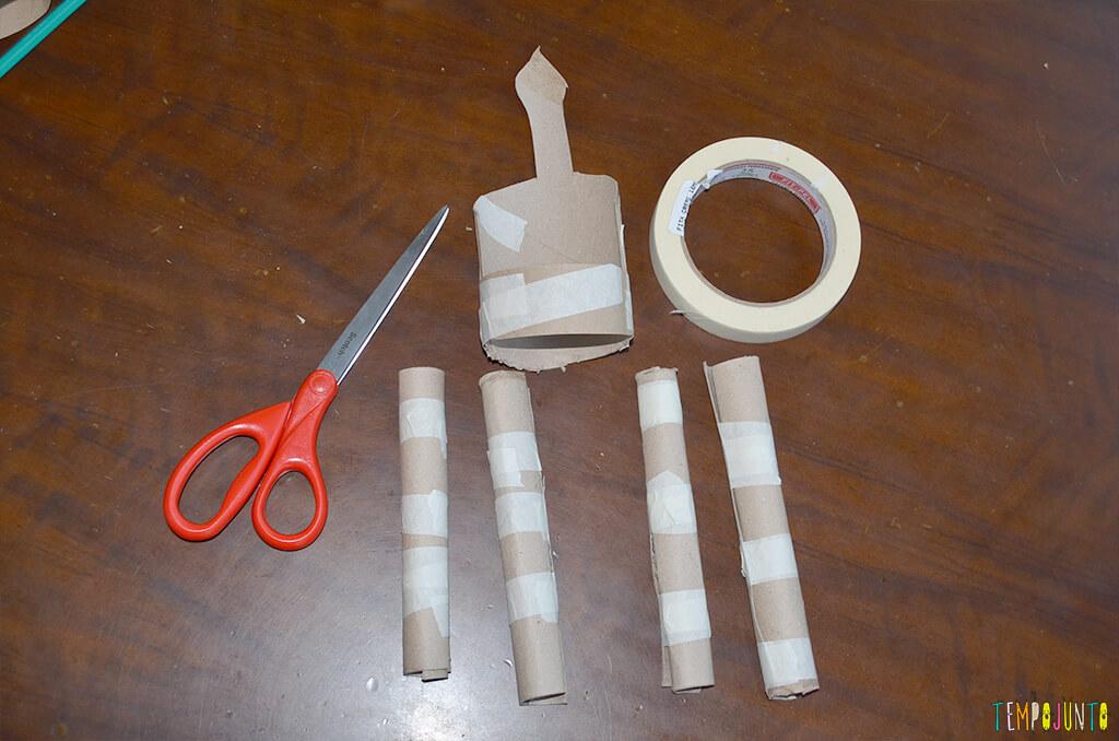 Um fantoche diferente feito de tubo de papel toalha - pernas e corpo prontos