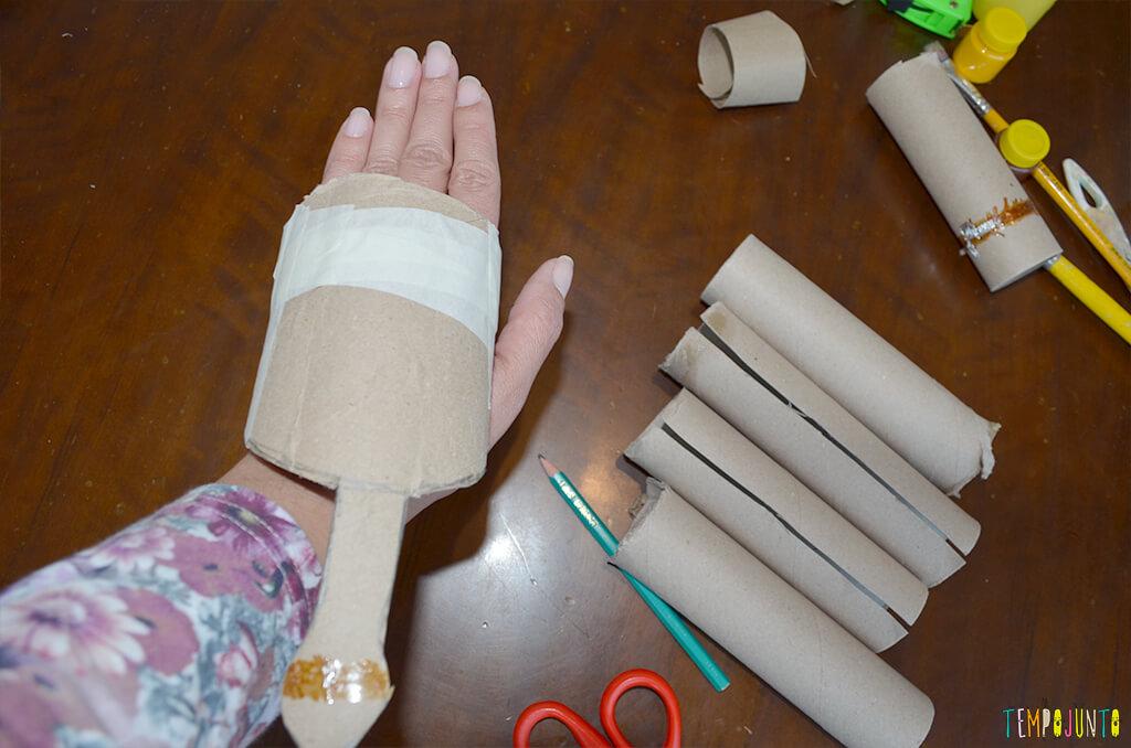 Um fantoche diferente feito de tubo de papel toalha - pernas e corpo resultado
