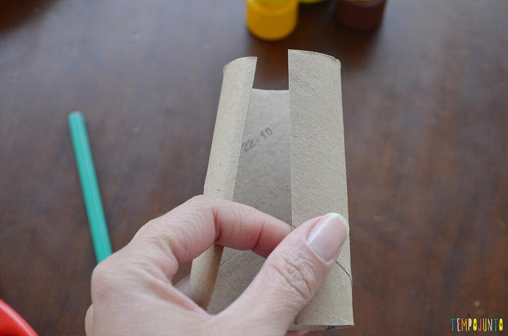 Um fantoche diferente feito de tubo de papel toalha - rolo cortado