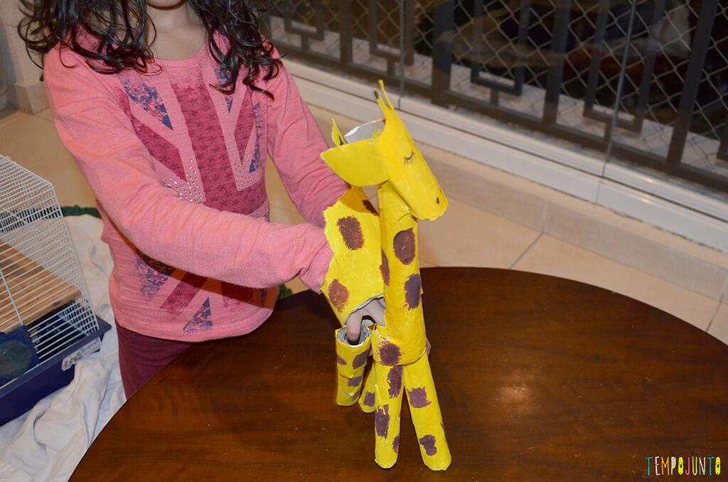 Um fantoche diferente feito de tubo de papel toalha - sofia brincando com a girafa