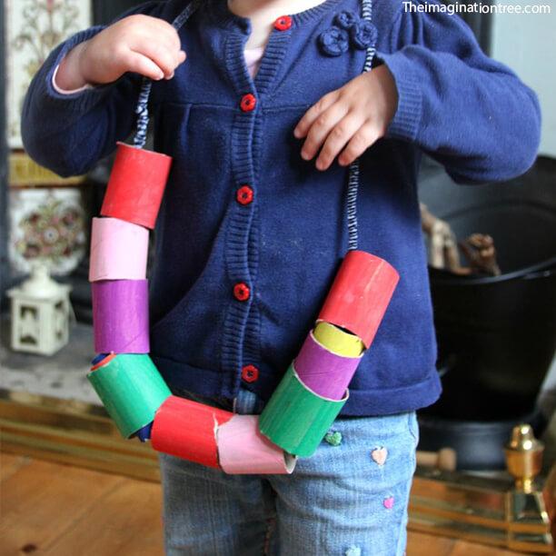 10 maneiras de brincar com corda - colar de rolo de papel