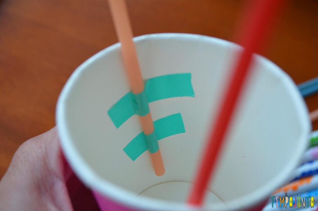 Balão copo descartavel - detalhe do canudo com durex no copo