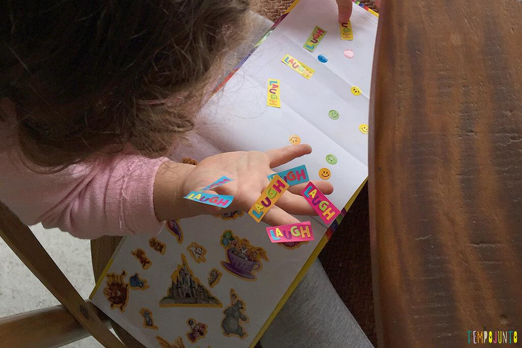 Como distrair as crianças enquanto você trabalha - gabi com muitos adesivos na mao