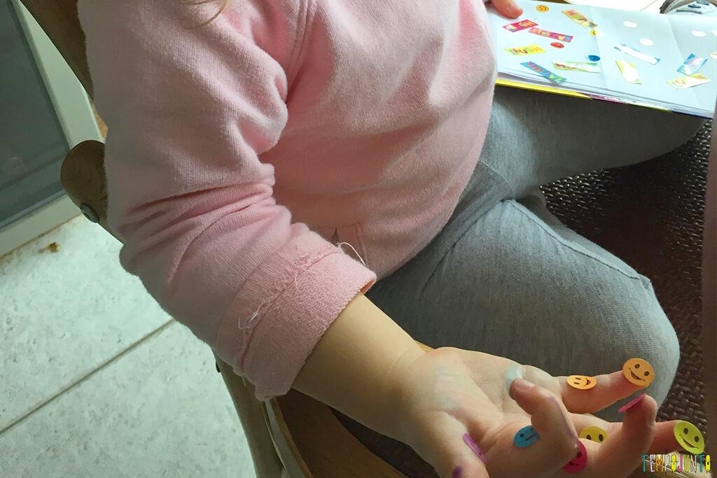 Como distrair as crianças enquanto você trabalha - gabi com os adesivos