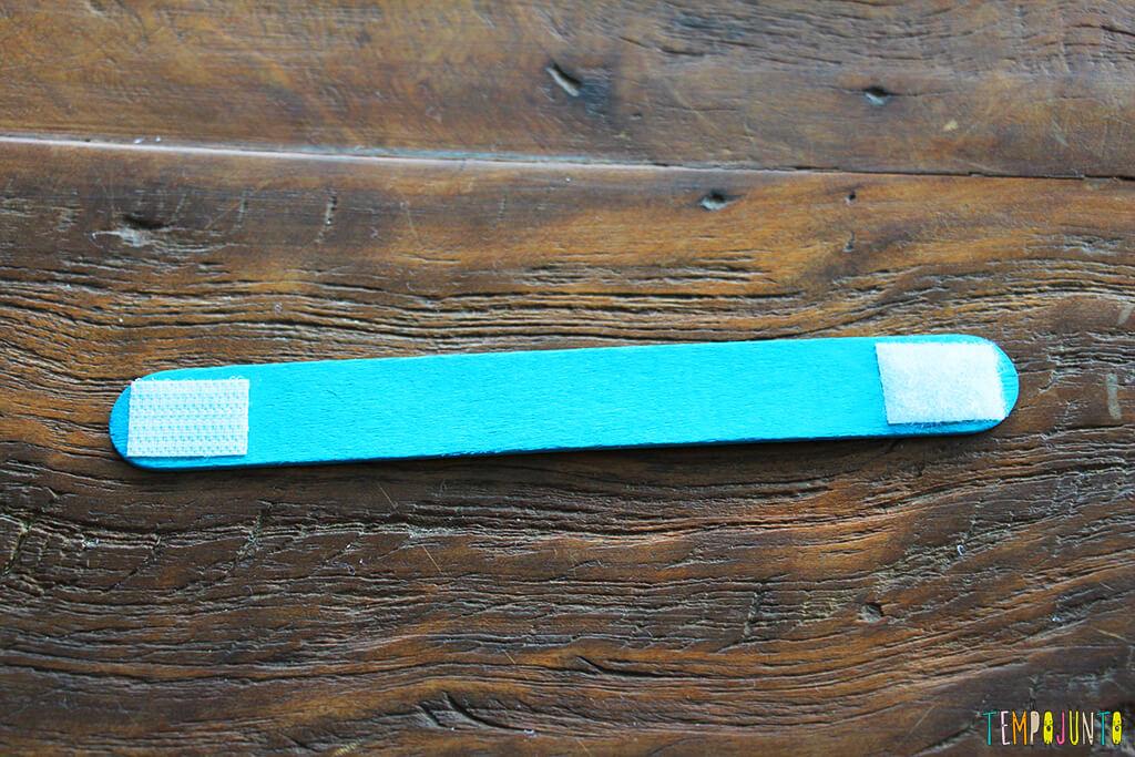Como fazer um brinquedo com palito de picolé - palito azul com o velcro