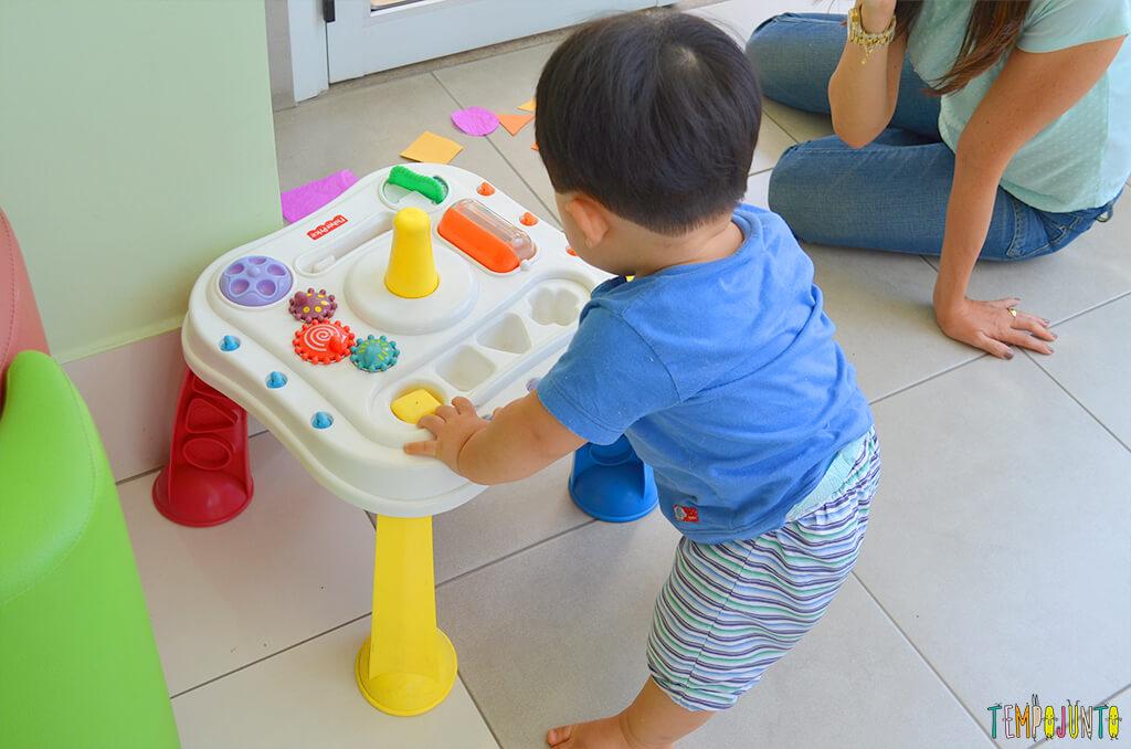 Playground com o felipe - felipe e a mae com a mesinha de brinquedo