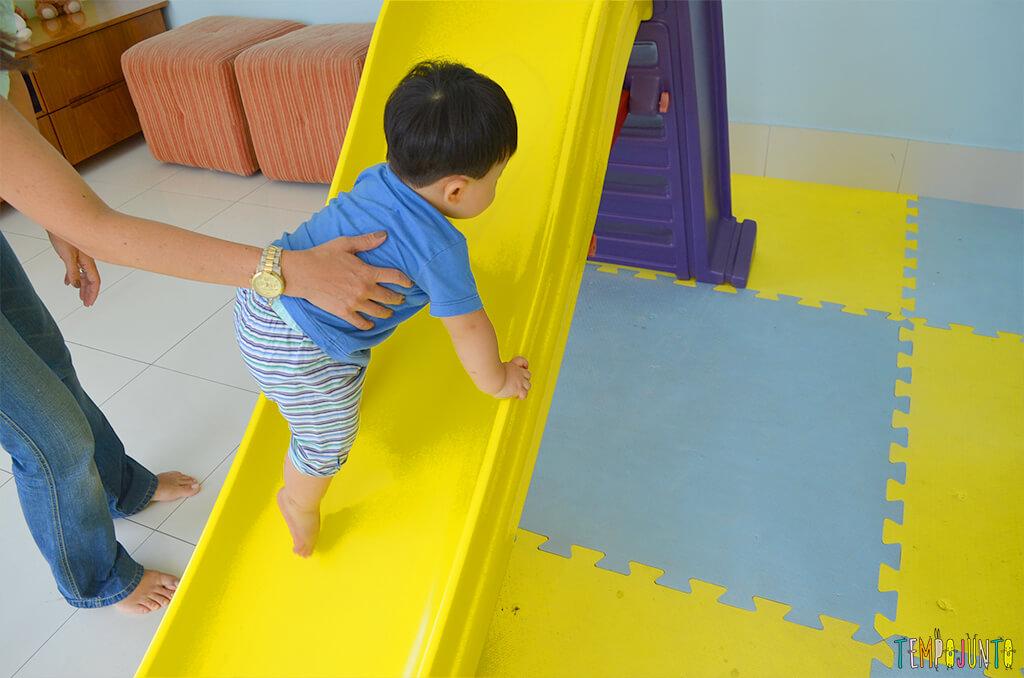 Playground com o felipe - felipe subindo o escorregador ao contrario