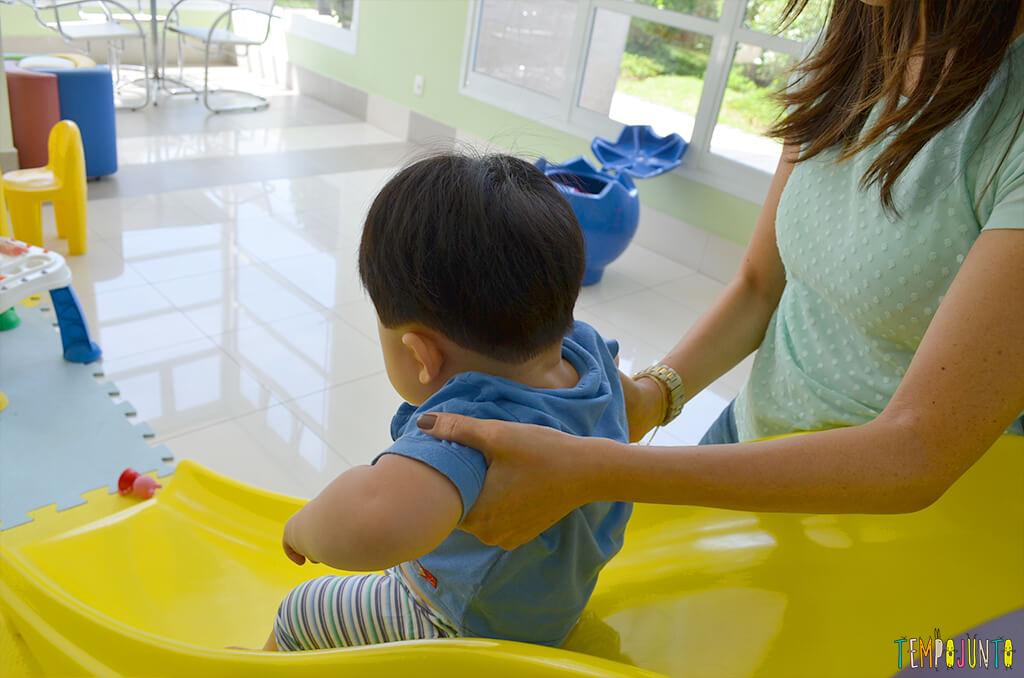 Playground com o felipe - mae com ele no escorregador