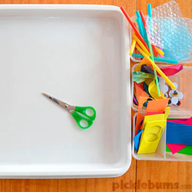 10 brinquedos caseiros para brincar em silêncio - bandeja de recortar