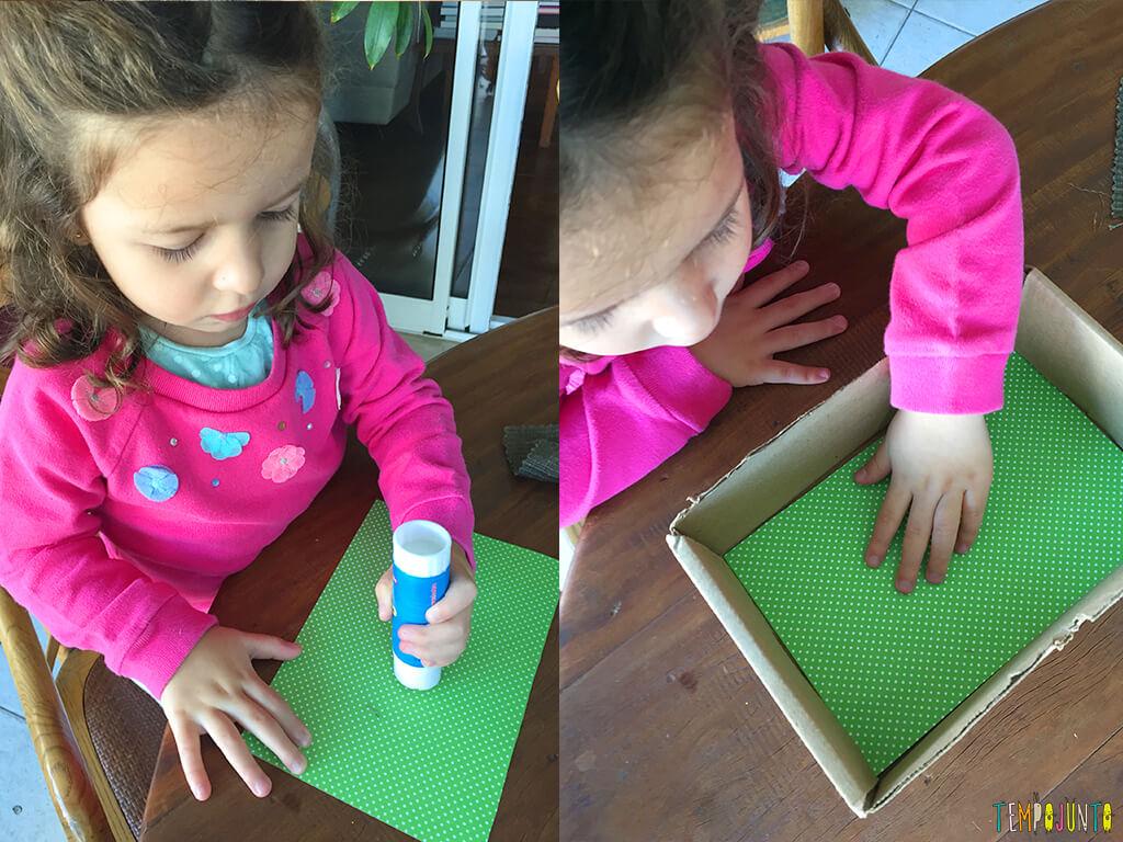 A brincadeira que nasce da vontade de imitar o irmão - gabi colando o papel verde no chao