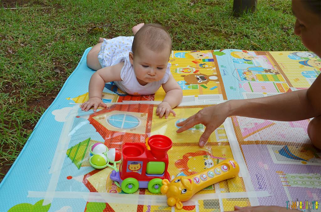 Brincadeira sensorial que ajuda o bebê a ficar de bruços - Luisa brincando com a mae