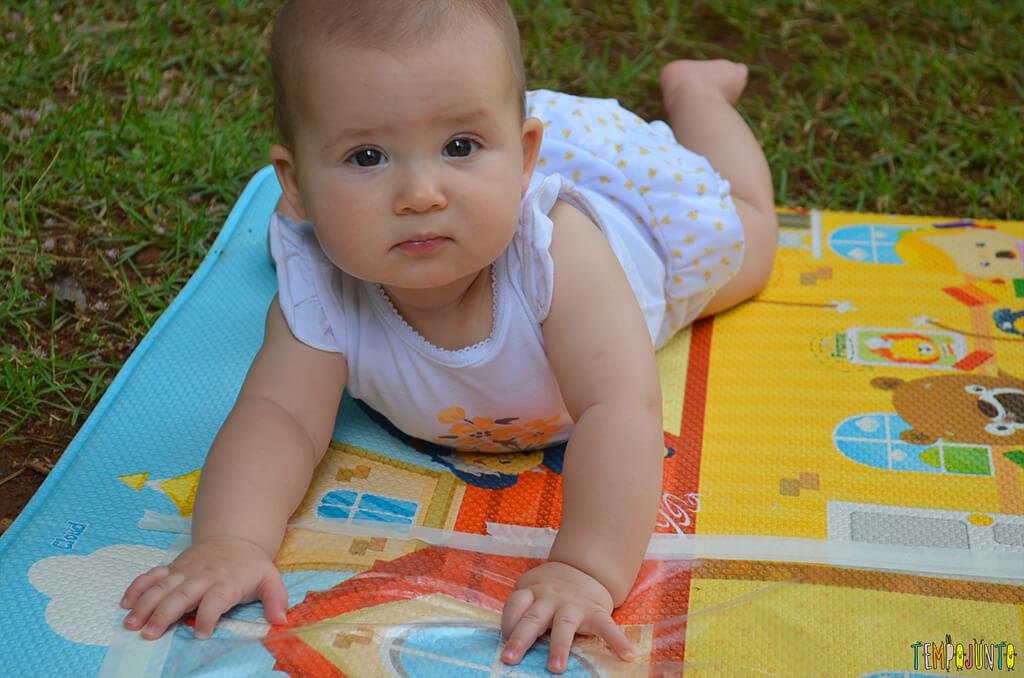 Brincadeira sensorial que ajuda o bebê a ficar de bruços - Luisa olhando pra frente