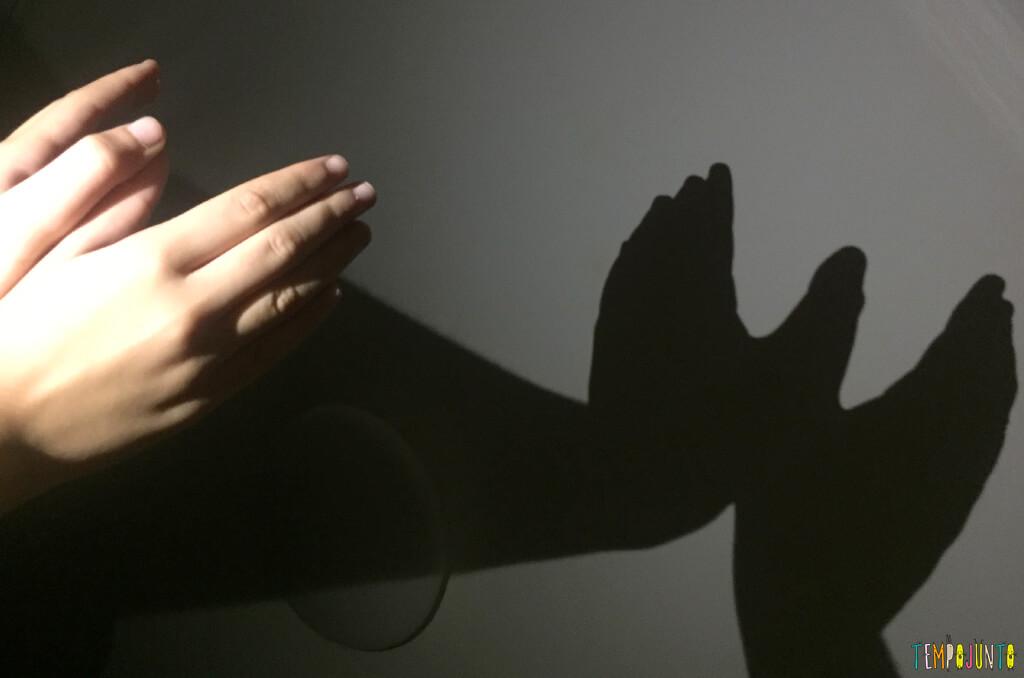 Brincadeiras que reúnem irmãos grandes e pequenos - sombras no escuro - carol
