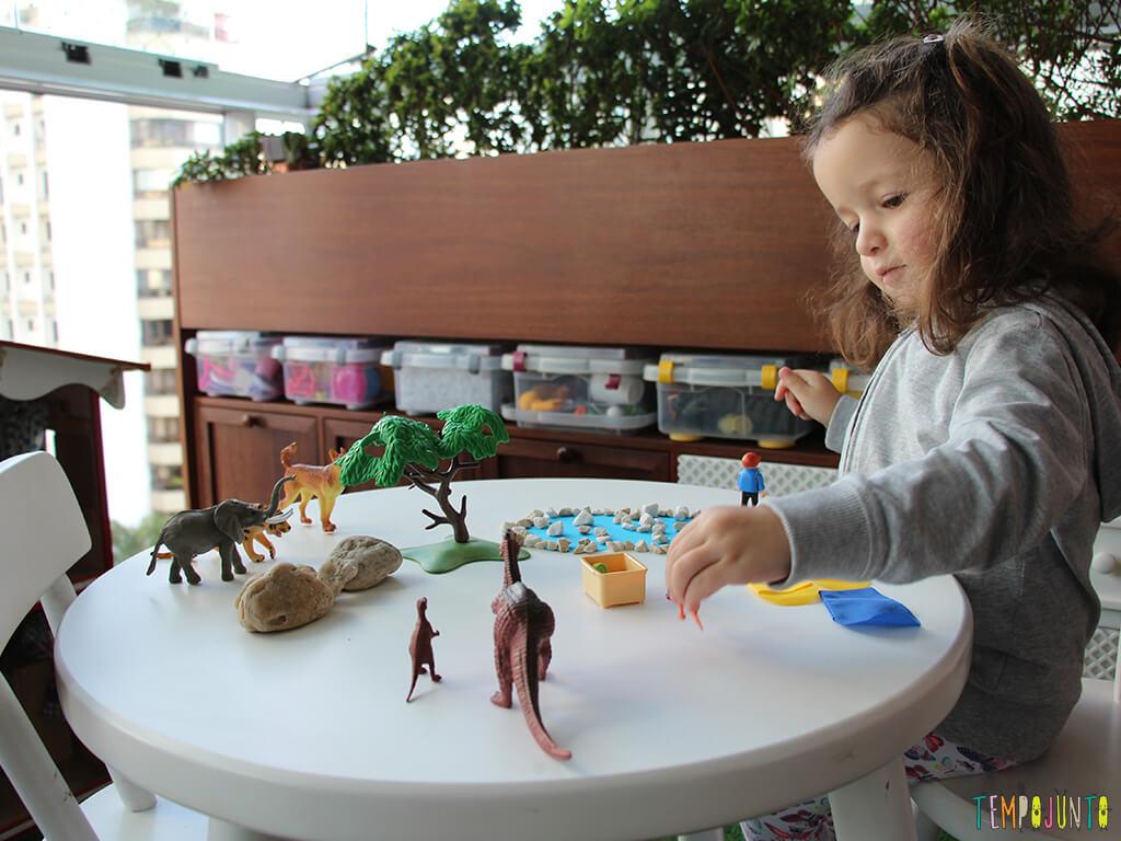 Como fazer um convite para brincar_gabi-brincando-com-o-cenario-e-os-brinquedos_1