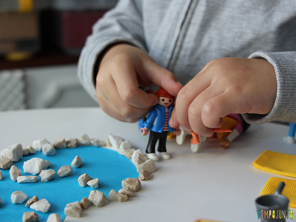 Como fazer um convite para brincar_gabi-brincando-com-o-cenario-e-os-brinquedos_2