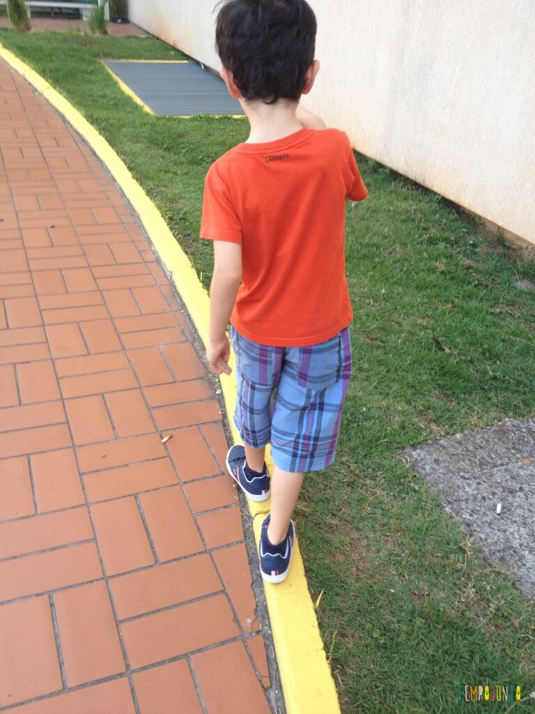 Estimular o equilíbrio pela brincadeira das crianças de 3 meses a 10 anos_pocoyo andando no meio fio