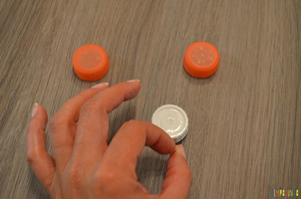 Futebol de botão simples para a mesa do restaurante - pat fazendo peteleco