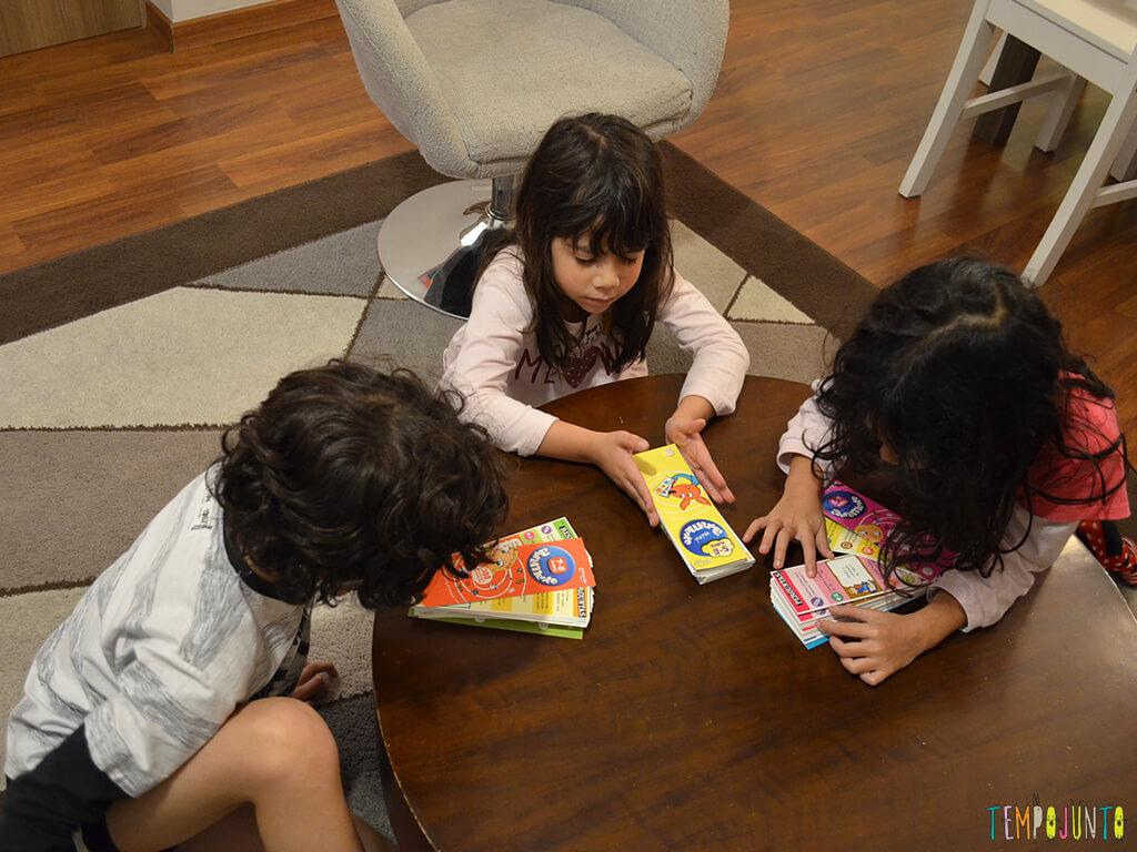 Jogo de perguntas e respostas para a família toda_crianças-jogando